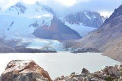 Lac et le glacier de Piedras Blancas, en parc national de visibilité directe Glaciares, EL Chaltén, Argentine Photo libre de droits