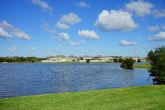 Lac et maison Photo stock
