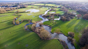 Lac et maisons de rivière de campagne de vue aérienne Photos stock