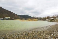 Lac et montagne par temps nuageux photographie stock