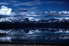 Lac et montagnes photographie stock libre de droits