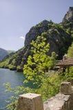 Lac et montagnes au canyon de Matka Photographie stock