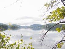 Lac et montagnes au début de la chute Images libres de droits