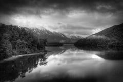 Lac et montagnes en noir et blanc photos libres de droits