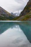 Lac et montagnes turquoise. Image libre de droits