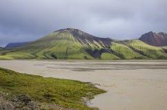 Lac et montagnes volcaniques couvertes de mousse Landmannalaugar Icela Photographie stock