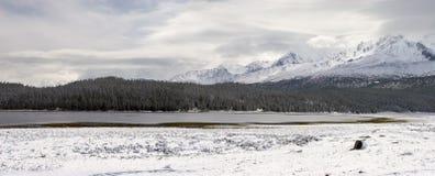 Lac et montagnes winter. images stock
