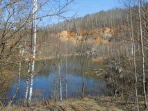 Lac et pierres image stock
