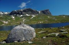 Lac et rocher Photos stock