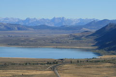 Lac et sierra mono Nevadas dans la distance Photographie stock
