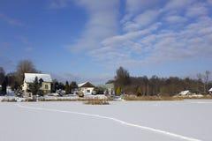 Lac et village du nord Photographie stock