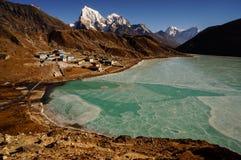 Lac et village Gokyo Images libres de droits
