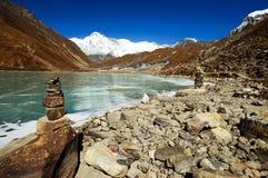 Lac et village Gokyo Photos libres de droits