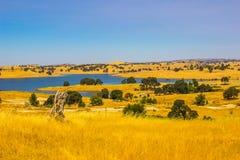 Lac exposé en collines Photo stock