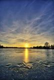 Lac figé au coucher du soleil Image stock