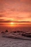 lac figé au-dessus de coucher du soleil photos stock