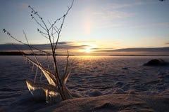 lac figé au-dessus de coucher du soleil image stock