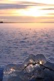 lac figé au-dessus de coucher du soleil photographie stock