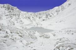 Lac figé de montagne (Lago di Pietra Rossa) Photo libre de droits