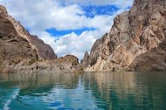 Lac fin de montagne de Kelsu avec les roches grandioses et Image libre de droits