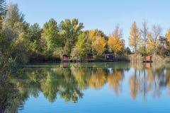 Lac fishing avec des maisons Images stock