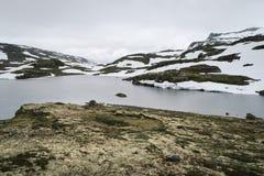 Lac Flyvotni près d'itinéraire scénique Aurlandsfjellet, Norvège Image stock