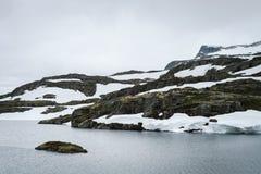 Lac Flyvotni près d'itinéraire scénique Aurlandsfjellet, Norvège Photographie stock