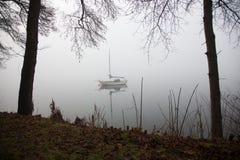 Lac fogy, voile-bateau se garant, paysage d'hiver image libre de droits