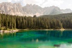 Lac, forêt et montagnes Photos stock