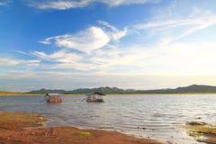 Lac forest sous le ciel nuageux bleu Photographie stock