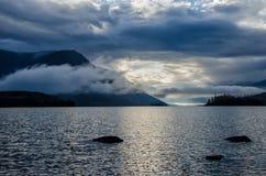 Lac Froliha mountain avec des pierres et la réflexion, près du lac Baïkal Photos libres de droits