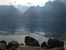 Lac garda les montagnes Photo libre de droits