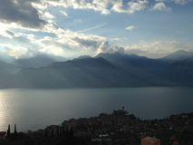 Lac garda les montagnes Photos libres de droits