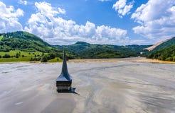 Lac Geamana et église inondée près de Rosia Montana Romania images stock