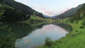 Lac Gerlos Durlassboden dans les Alpes autrichiens dans le Tirol banque de vidéos