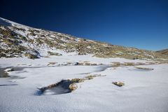 Lac glacé aux montagnes de Gredos Photos stock