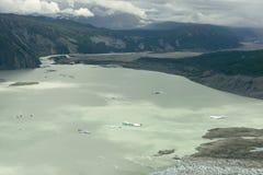 Lac glaciaire avec des icebergs en parc national de Kluane, le Yukon Images stock