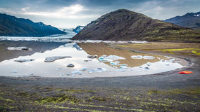 Lac glaciaire froid dans les montagnes, Islande Photos libres de droits