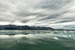 Lac glaciaire Paysage dramatique sombre de l'Islande photos libres de droits