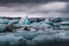Lac glaciaire stupéfiant Jokulsarlon complètement de flotter et de fondre I Photographie stock