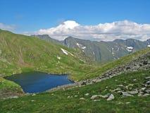 Lac glaciaire sur une montagne Photo stock