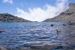 Lac Gosaikunda avec le beau ciel au Népal Photo stock
