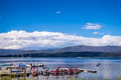 Lac grand de l'eau claire bleue Pêche et navigation sur les lacs dans les montagnes rocheuses image libre de droits