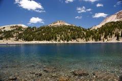 Lac Hélène en juillet, parc national volcanique de Lassen, la Californie, Etats-Unis Image libre de droits