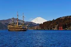 Lac Hakone, support Fuji et bateau de pirate célèbre Photos stock