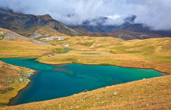 Lac haut dans les montagnes Images stock