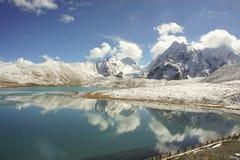 Lac haut en Himalaya au-dessus d'altitude de 4500 m Image stock