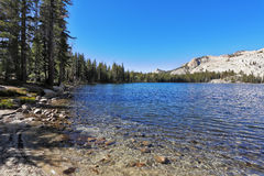 lac Haut-montagneux may en stationnement de Yosemite photo libre de droits
