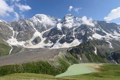 Lac, hautes montagnes et glaciers Montagnes caucasiennes images stock
