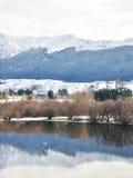 Lac Hayes avec des réflexions de montagne de neige Photographie stock libre de droits